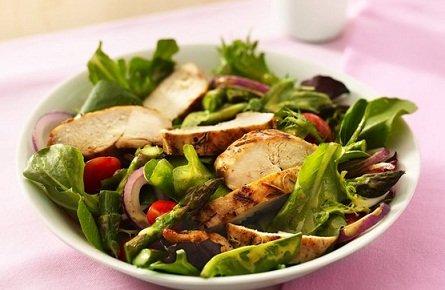 Курица гриль со спаржей и зеленым салатом