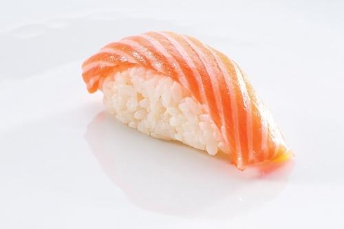 Нигири-суши с семгой и пастой васаби