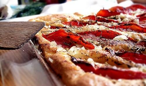 Фокачча с помидорами и базиликом